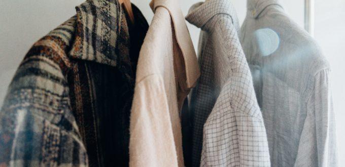 rack de vêtements pris en photo de près